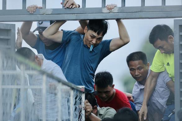Ban tổ chức sân Hà Tĩnh bị cảnh cáo, phạt 15 triệu đồng vì để xảy ra vỡ sân - Ảnh 1.