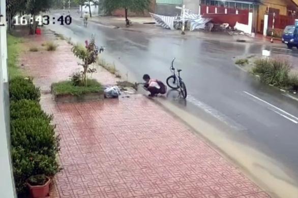 Nam sinh lớp 6 dọn rác chắn cống thoát nước trên đường nhận mưa like - Ảnh 1.