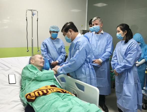 Chủ tịch UBND TP.HCM thăm hỏi bệnh nhân phi công người Anh - Ảnh 1.