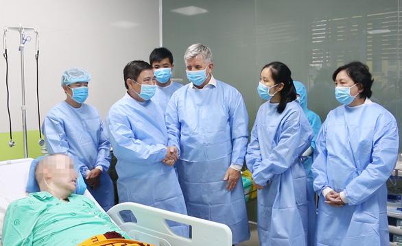 Chủ tịch UBND TP.HCM thăm hỏi bệnh nhân phi công người Anh - Ảnh 3.
