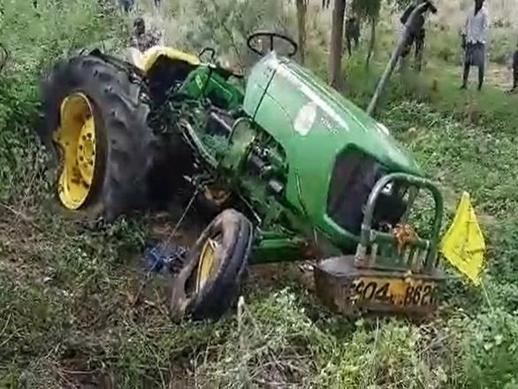 Xe tải tông vào xe công nông: Ít nhất 12 người thiệt mạng - Ảnh 1.
