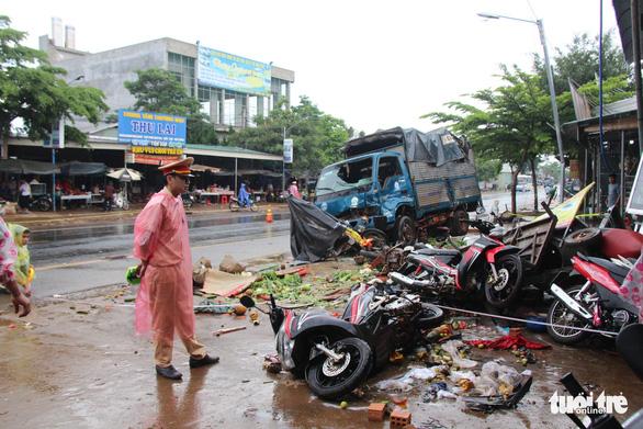 Vụ xe tải lao vào chợ, 5 người chết: khởi tố, bắt tạm giam tài xế người Cà Mau - Ảnh 2.