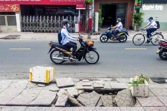 TP.HCM: xuất hiện hố lún trên vỉa hè đường Hoàng Hoa Thám - Ảnh 2.