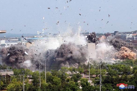 Ảnh vệ tinh cho thấy văn phòng liên lạc chung liên Triều vẫn còn sau vụ nổ khủng khiếp - Ảnh 2.