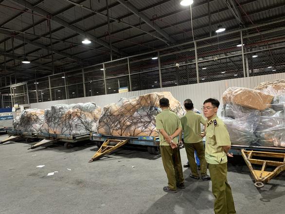 Tạm giữ 4 tấn hàng hóa không hóa đơn, chứng từ tại kho hàng ở Tân Sơn Nhất - Ảnh 3.
