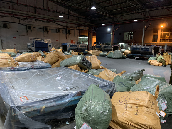 Tạm giữ 4 tấn hàng hóa không hóa đơn, chứng từ tại kho hàng ở Tân Sơn Nhất - Ảnh 2.