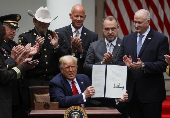 Ông Trump ký sắc lệnh cải cách cảnh sát - Ảnh 1.