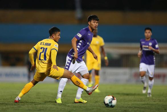 Đánh bại Hà Nội, Sông Lam Nghệ An vươn lên dẫn đầu bảng - Ảnh 1.