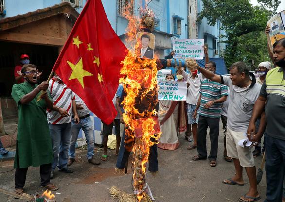 Dân Ấn Độ đốt hình ông Tập Cận Bình bên lễ tang 20 quân nhân - Ảnh 5.
