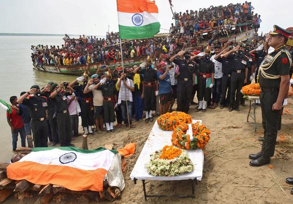 Dân Ấn Độ đốt hình ông Tập Cận Bình bên lễ tang 20 quân nhân - Ảnh 1.