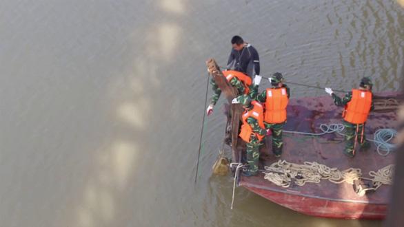 Cấm tàu thuyền chạy trên sông Hồng gần cầu Long Biên vì có bom - Ảnh 1.