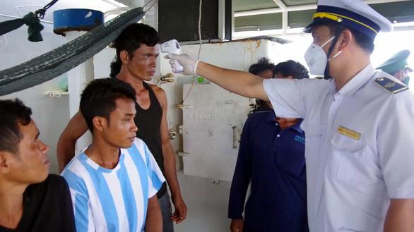 Tàu Thái Lan sơn biển số Việt Nam, chở dầu không giấy tờ - Ảnh 3.