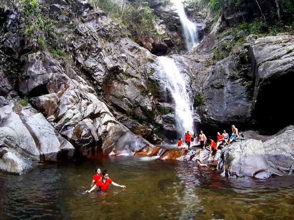 Cuối tuần đạp xe, tắm suối giữa núi rừng A Lưới - Ảnh 4.