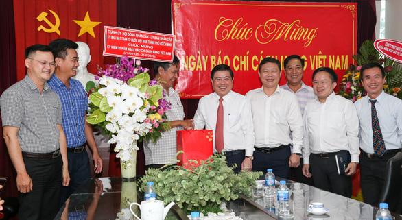 Lãnh đạo TP.HCM thăm cơ quan báo chí nhân Ngày báo chí Việt Nam - Ảnh 2.