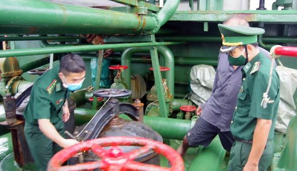 Tàu Thái Lan sơn biển số Việt Nam, chở dầu không giấy tờ - Ảnh 2.