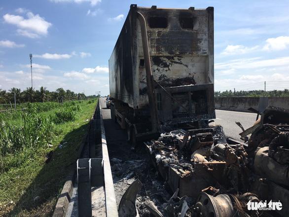 Xe container cháy rụi trên cao tốc TP.HCM - Trung Lương - Ảnh 3.