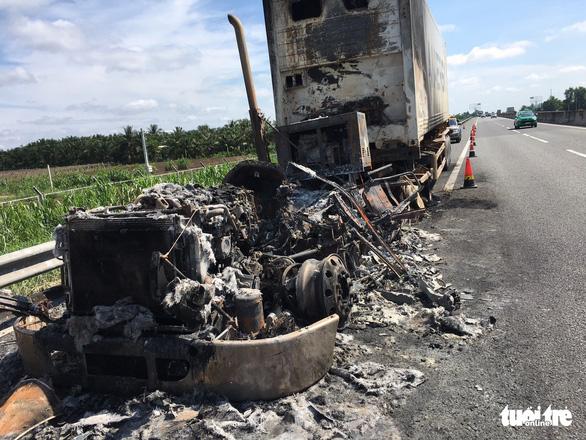 Xe container cháy rụi trên cao tốc TP.HCM - Trung Lương - Ảnh 1.