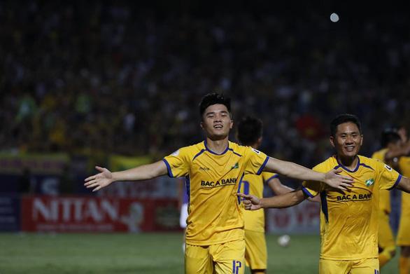 Sân Hàng Đẫy: Vị đắng cho đương kim vô địch V-League - Ảnh 2.