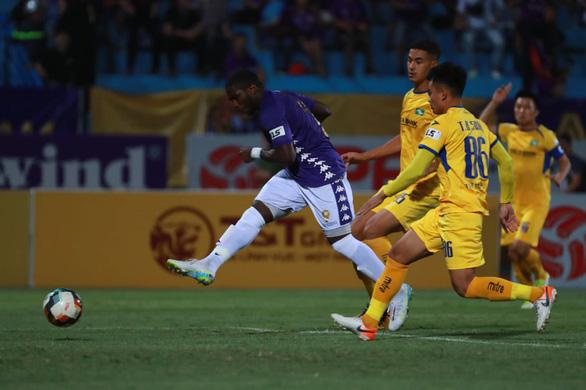 Sân Hàng Đẫy: Vị đắng cho đương kim vô địch V-League - Ảnh 1.