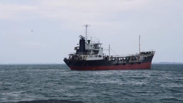 Tàu Thái Lan sơn biển số Việt Nam, chở dầu không giấy tờ - Ảnh 1.