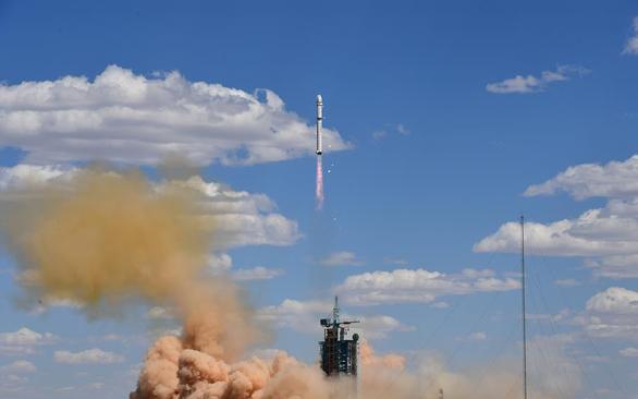 Mỹ công bố chiến lược vũ trụ, tố Nga và Trung Quốc vũ trang hóa không gian - Ảnh 1.