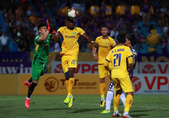 Sân Hàng Đẫy: Vị đắng cho đương kim vô địch V-League - Ảnh 3.
