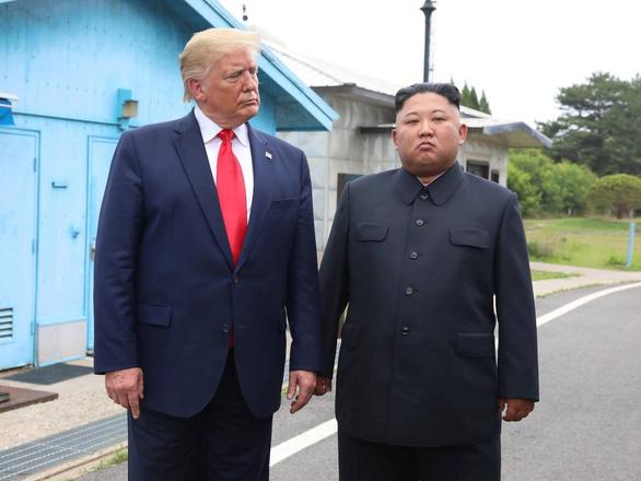 Ông Trump gia hạn thêm 1 năm các biện pháp trừng phạt Triều Tiên - Ảnh 1.