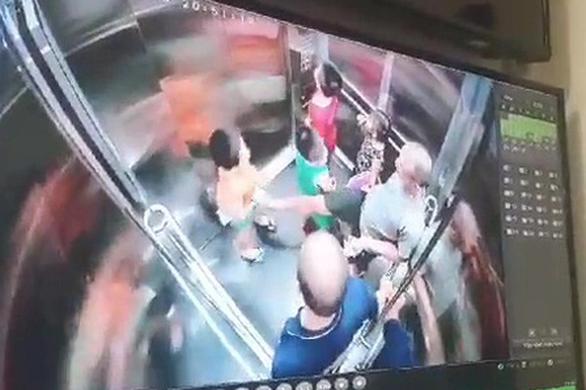 Một người đàn ông lấy chân khều vùng kín, định đạp mặt bé trai trong thang máy - Ảnh 2.