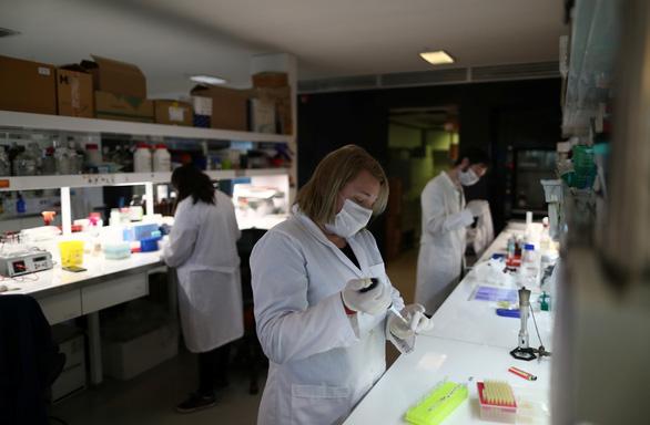 WHO: Có thể sản xuất hàng trăm triệu liều vắcxin COVID-19 năm nay - Ảnh 1.