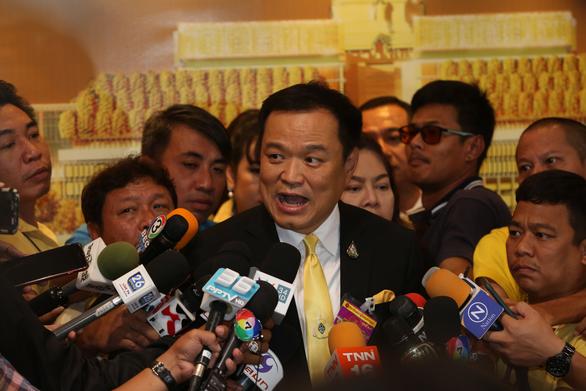 Bộ trưởng y tế Thái Lan tình nguyện thử vắcxin ngừa COVID-19 - Ảnh 1.