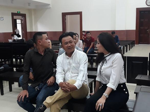 Phúc thẩm vụ chém bác sĩ Chiêm Quốc Thái: Bà Trần Hoa Sen không đến, bị hại bức xúc bỏ về - Ảnh 1.