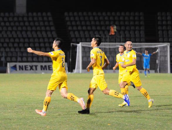 Thắng trận thứ 3 liên tiếp, Khánh Hòa vươn lên đầu bảng - Ảnh 1.