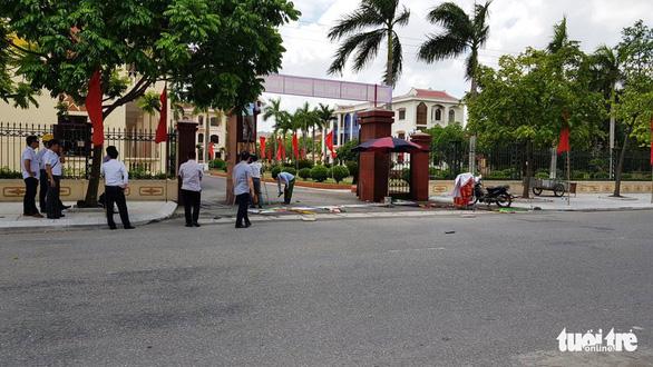 Điện giật 2 người chết, 1 người bị thương khi treo panô tại cổng huyện ủy - Ảnh 2.