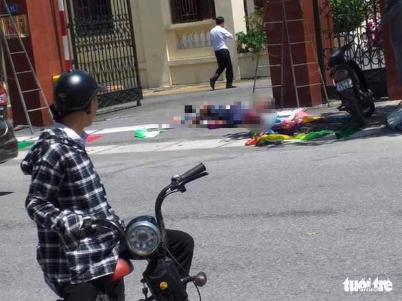 Điện giật 2 người chết, 1 người bị thương khi treo panô tại cổng huyện ủy - Ảnh 1.