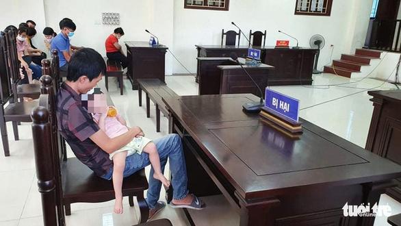 Bị cáo vắng mặt, hoãn phiên tòa vụ bỏ xyanua vào trà sữa nhằm đầu độc chị họ - Ảnh 2.