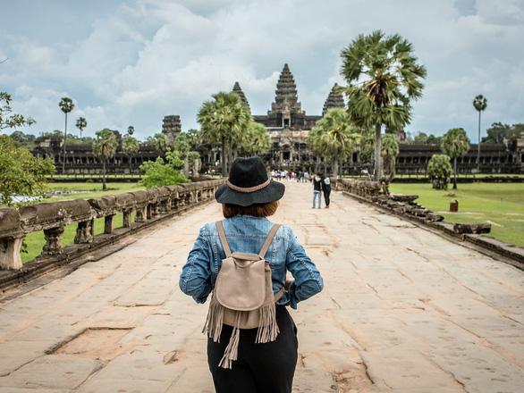 Khách du lịch đến Campuchia phải nộp cọc 3.000 USD dự phòng chữa trị COVID-19 - Ảnh 1.