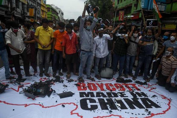 Ấn Độ tăng thuế, kêu gọi tẩy chay hàng Trung Quốc sau xung đột biên giới - Ảnh 1.