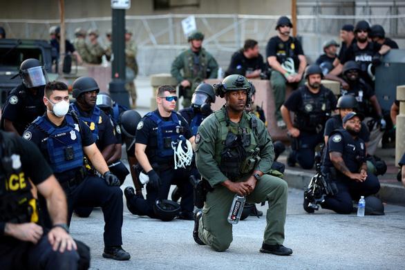 Cảnh sát Mỹ cùng quỳ gối ủng hộ người biểu tình - Ảnh 3.