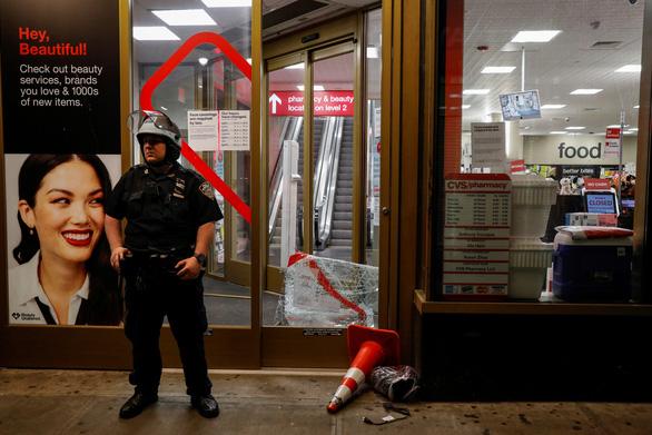 Những kẻ biểu tình thì ít, cướp bóc hàng hiệu thì nhiều - Ảnh 4.