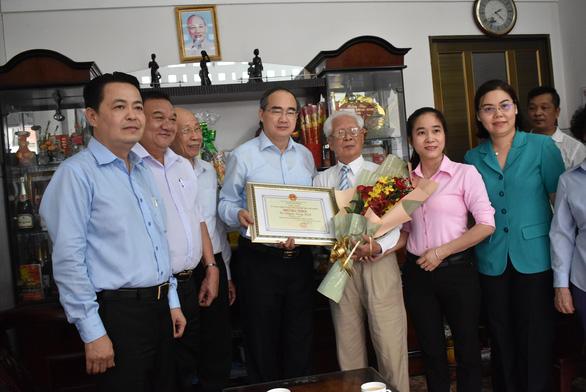 Bí thư Nguyễn Thiện Nhân thăm, mừng thọ người cao tuổi - Ảnh 1.