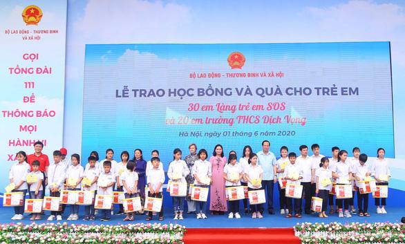 Dai-ichi Life Việt Nam tặng 50 suất học bổng cho học sinh khó khăn - Ảnh 1.