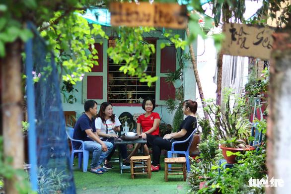 Khu vườn xanh độc đáo được làm từ vật dụng vứt ngoài đường ở Sài Gòn - Ảnh 10.