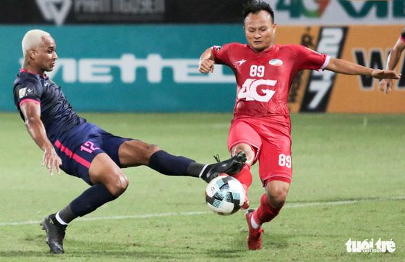 Trọng Hoàng rách cơ đùi, Viettel mất người trước trận đấu khó với Nam Định - Ảnh 1.