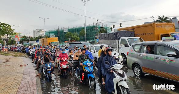 Bắc Bộ và Trung Bộ tiếp tục nắng nóng, Nam Bộ mưa dông - Ảnh 1.