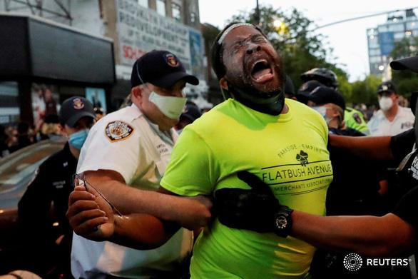 Hai nghị sĩ da đen bị xịt hơi cay và bắt nhầm trong biểu tình ôn hòa - Ảnh 1.