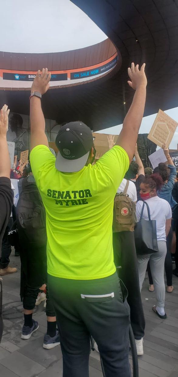 Hai nghị sĩ da đen bị xịt hơi cay và bắt nhầm trong biểu tình ôn hòa - Ảnh 2.