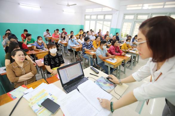 Chỉ tiêu tuyển sinh lớp 10 tại TP.HCM giảm, nên đăng ký ra sao? - Ảnh 1.