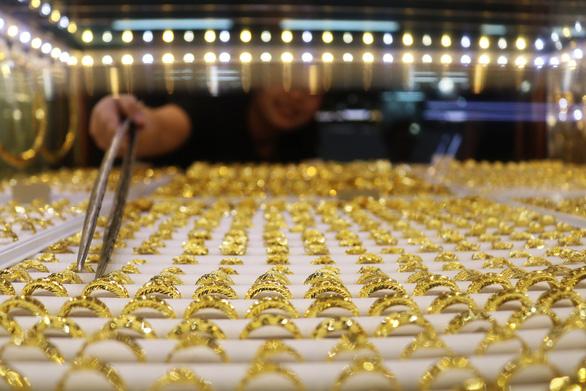 Giá vàng thế giới tăng tiếp, vàng trong nước vẫn cao hơn nửa triệu đồng/lượng - Ảnh 1.