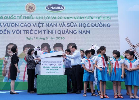 Vinamilk tặng quà 1-6 đặc biệt đến với trẻ em Quảng Nam - Ảnh 1.