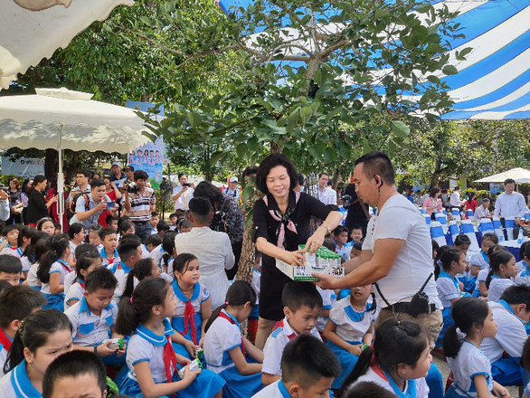 Vinamilk tặng quà 1-6 đặc biệt đến với trẻ em Quảng Nam - Ảnh 2.